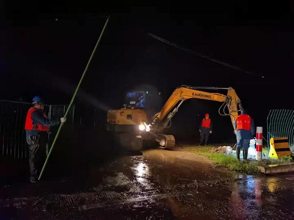 供电服务人员在长垣市芦岗镇护黄大堤安装维护电力设施,为防汛工作提供可靠供电。何书乾摄
