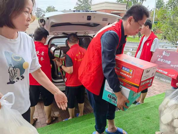 """接收村民200多名!贾峪镇中心校让校园成为受灾群众温暖的""""家"""""""