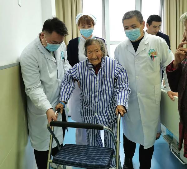 赞一个!106岁老人髋关节置换,术后3天下床活动