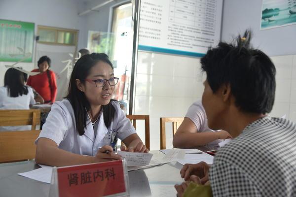 """灵宝市第一人民医院赴乡村积极开展""""农村贫困人口专项救治义诊服务""""活动"""