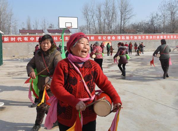 临蔡镇黄楼行政村在县政协驻村工作队帮扶下,修建了1400多平米的文化广场,添置了娱乐设施和健身器材,丰富了村民的文体生活。袁东升 摄