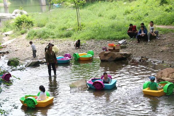 儿童游客水中嬉戏