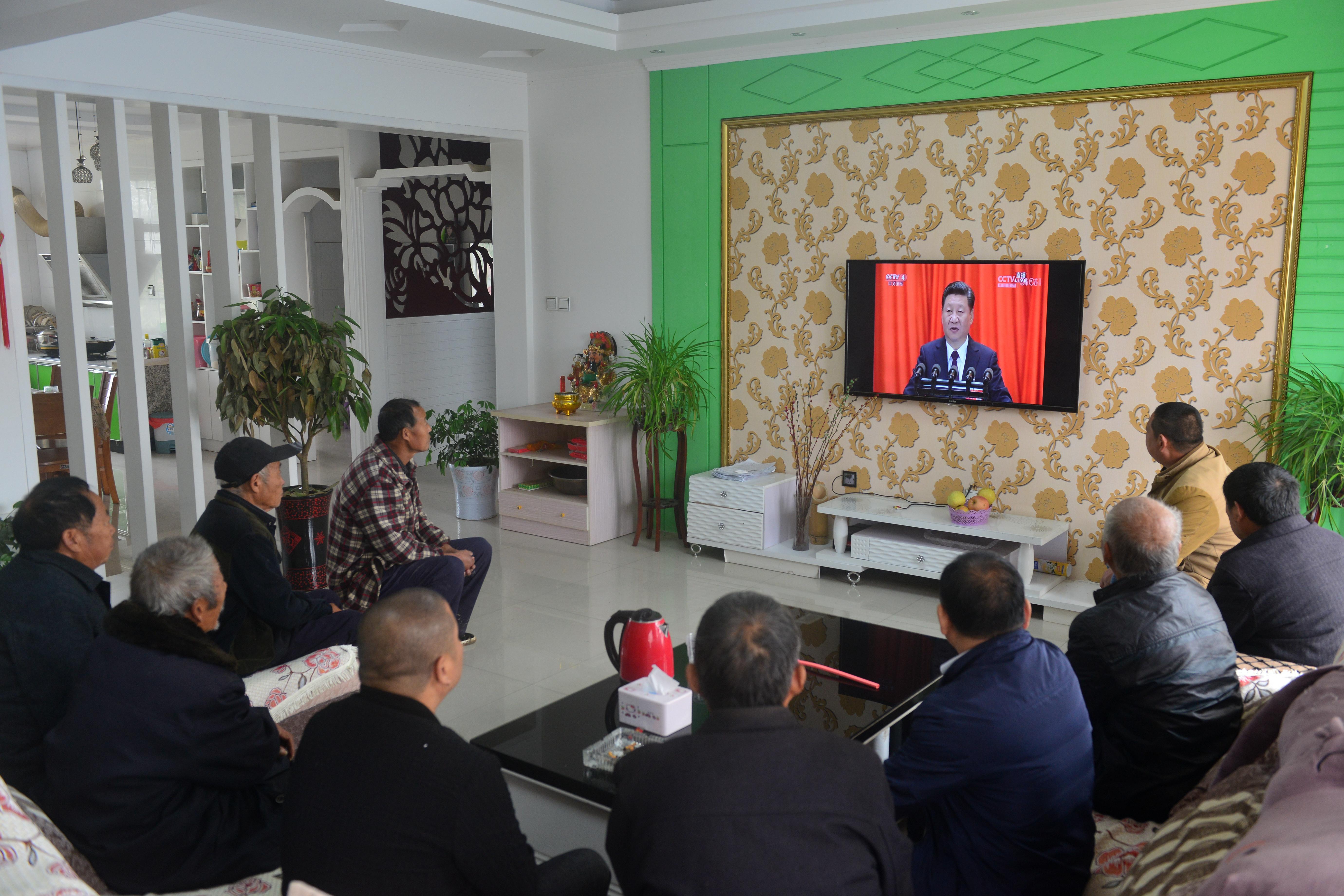 在郑集乡七里河行政村,村里的党员代表和群众代表在村民家中收看十九大直播。   朱增祥  摄