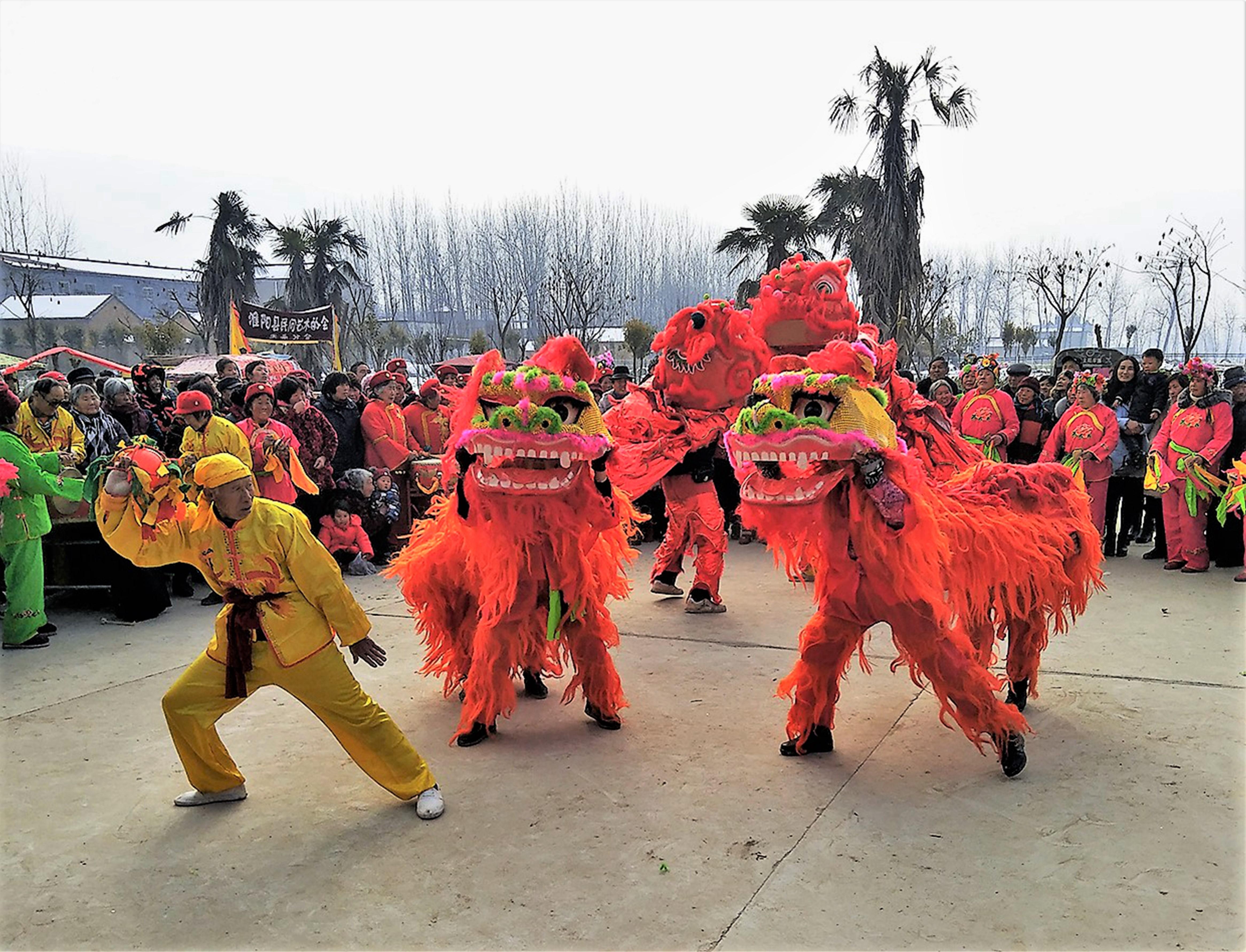 脱贫攻坚工作开展以来,淮阳县积极推进村镇文化广场建设,引导群众开展各种文体活动。图为朱集乡张庄村群众正在举行舞狮等民间艺术展演。   段相民  摄