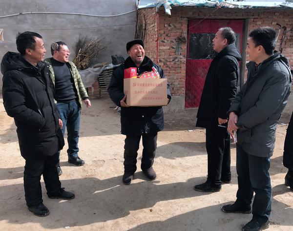 1月30日,淮阳县财政局扶贫工作队到葛店乡孔王村慰问困难群众,将党和政府的关怀送进千家万户。 朱增祥  摄