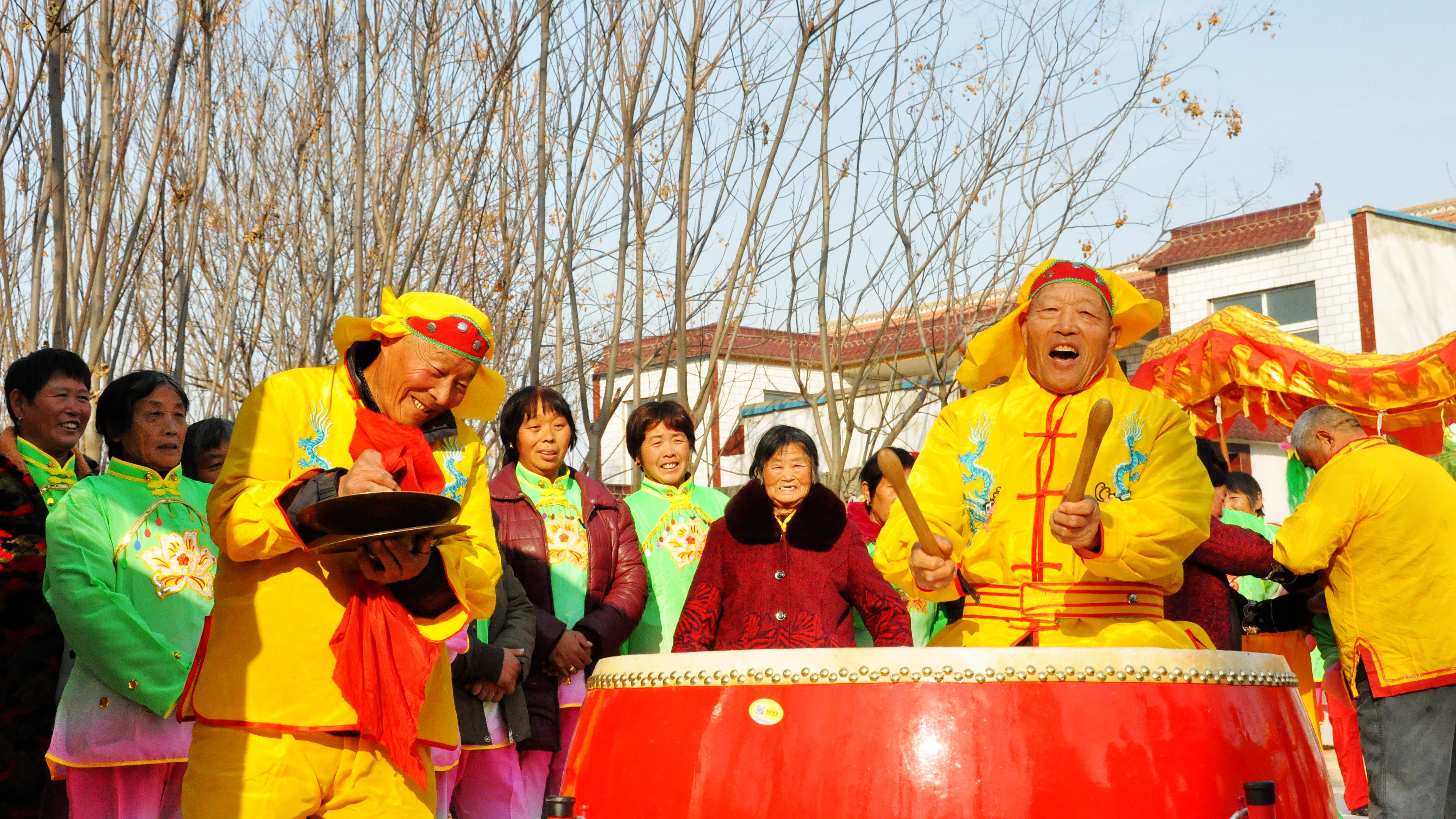 冯塘乡刘庄村是周口报业传媒集团的扶贫点,驻村工作队积极引导村民开展文化活动,摒弃陋习,树立文明向上的乡风。   云烟   摄