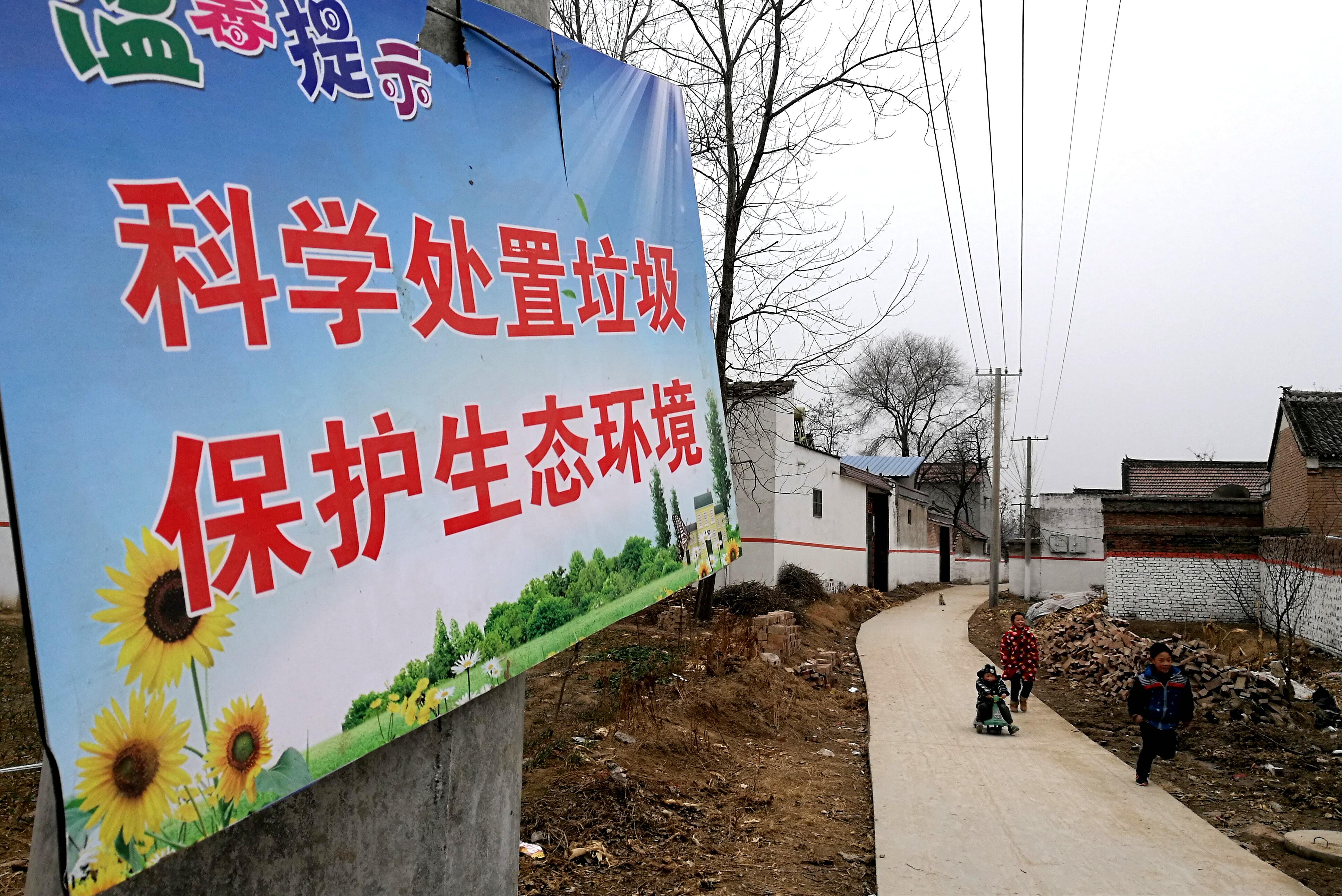 齐老乡葛集行政村是淮阳县委宣传部扶贫点,在驻村工作队帮扶下,人居环境明显改善。   杜欣   摄