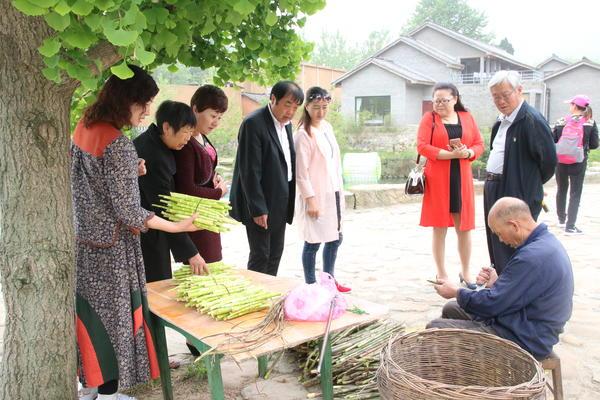 购买山竹笋的游客