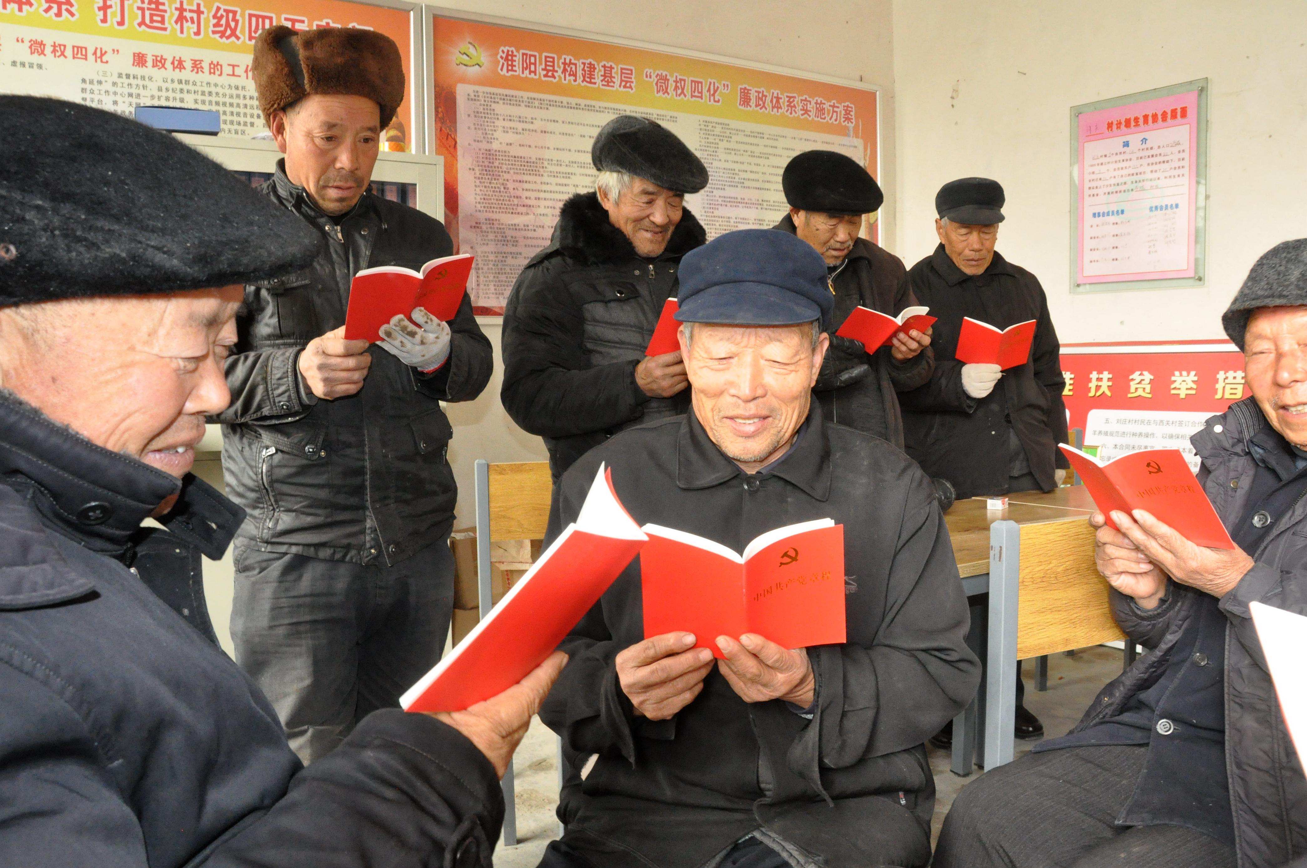 冯塘乡刘庄驻村工作队组织老党员学习党的十九大报告精神和党章,重温入党誓词。   杜欣  摄影